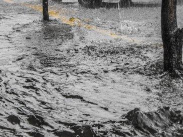 Woda Płynie Chodnikiem autor: Jacek Brzezowski