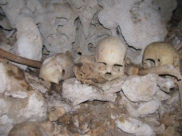 Szczątki ludzi w jaskini wyspy trobianda .JPG